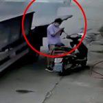 トラックの側板が開いて女性を跳ね飛ばしてしまう事故映像。
