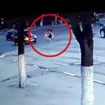 赤信号でうっかり渡ってしまった女性が引き返そうとして轢かれてしまう事故映像。