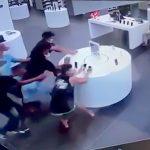 お店に展示されたスマホを数人の男たちが奪って逃げる映像。