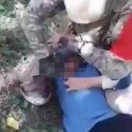 【閲覧注意】民間人のおじいちゃんの首をナイフで切る兵士の映像。