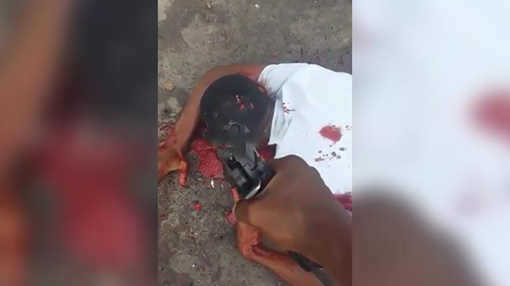【閲覧注意】男性の頭に銃弾を何発も撃ち込む映像。