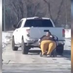 太りすぎてて車内に入れない女性を牽引する映像。