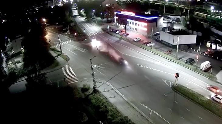 車にはねられた人がどれだけ弾き飛ばされるかよく分かる事故映像。