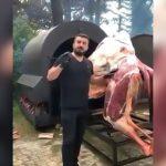 ラクダを丸ごと焼いて食べてみる映像。