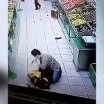 スーパーの男性店員をナイフで刺しまくる女の映像。