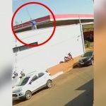 屋根で作業していた男性が電線に触れて感電してしまう映像。