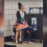 電車を待つ間、彼女の椅子になる男の映像。