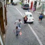女性のバッグを奪い盗った男がその彼氏にボコボコにされる映像。