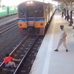 駅のホームから線路に飛び降りて自殺する女性の映像。