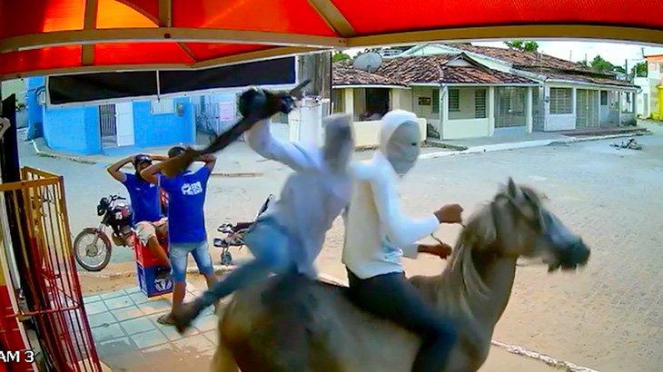 馬で颯爽と現れて金品を奪って去っていく強盗の映像。