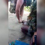 【閲覧注意】左足の指をナイフで切られて叫び声をあげる男の映像。