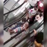 初めてエスカレーターに乗る人達が次々倒れていく映像。