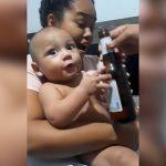 ビール瓶を渡されてテンション爆上がりする赤ちゃんの映像。