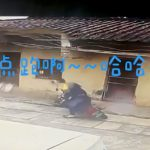 コントの一場面みたいなバイク事故を起こす男の映像。
