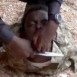 【閲覧注意】アフリカのISIS兵士が捕虜の男性の首を切断するグロ動画。
