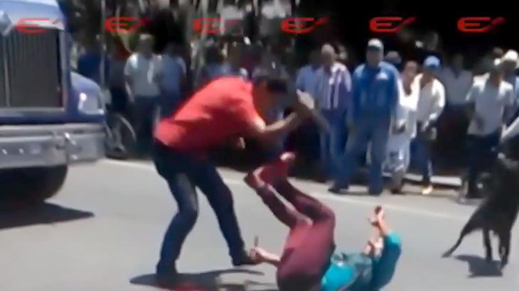 多くの通行人が見守るなかナイフで刺されて殺されてしまう男の映像。