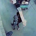 突然空から降ってきたレンガにぶつかって痙攣する男の映像。