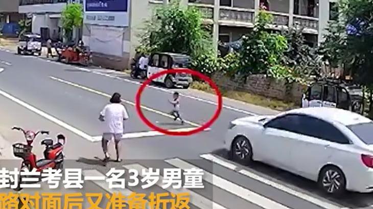 道路に飛び出した3歳の男の子が車に跳ね飛ばされてしまう事故映像。