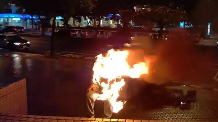 抗議のために自分の身体に火を放って仁王立ちする男の映像。