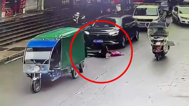 三輪バイクの荷台から転落した女性が後続車にゆっくり轢かれてしまう事故映像。