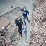 幼い娘を連れた母親が10代の男にナイフで刺されてしまう事件映像。