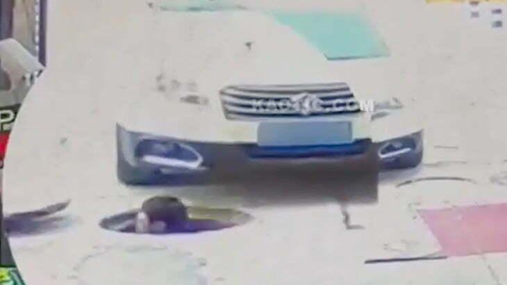 マンホールから頭を出した瞬間、車のタイヤで轢かれてしまう男の映像。