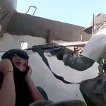 一斉射撃された装甲車内を撮影した映像。