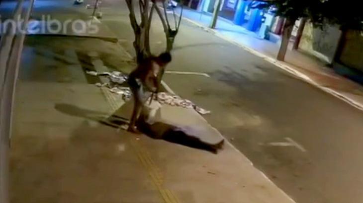 男性をナイフで刺しコンクリートブロックで頭を潰す男の映像。