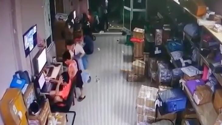 別れ話を切り出された女性が彼氏をナイフで刺してしまう映像。