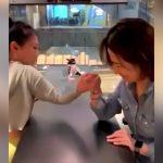 腕相撲で腕が折れちゃった女性の映像。