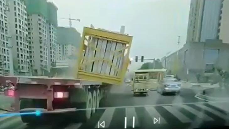 トラックに積んだ荷物が落下して軽トラックが潰されてしまう映像。