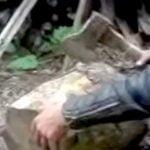 【閲覧注意】斧で手の親指を切断してしまう男の映像。