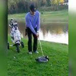 ゴルフのアイアンでアヒルの首を切断して殺す男の映像。