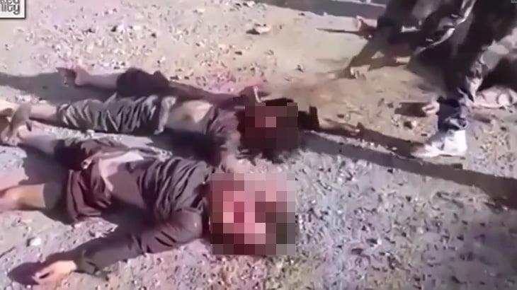 【閲覧注意】殺害した敵兵の顔を斧でグチャグチャにするグロ動画。
