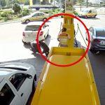 無人バイクに弾き飛ばされてしまうガソリンスタンドの店員さん。
