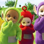 着ぐるみを着た4人組がはしゃぎながらフォークリフトを盗んでいく映像。