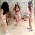 水着姿の3人の女が子犬を蹴ったり踏み潰したりする映像。