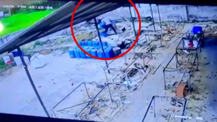 作業員の男性がポリタンクいじってたらなぜか大爆発が起こる映像。