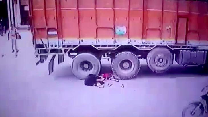 【閲覧注意】トラックのタイヤで身体を押しつぶされて死亡する映像。