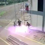 3人の作業員が鉄パイプの足場を運搬中に感電してしまう映像。