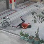 自転車のタイヤに空気を入れていたら突然死んでしまった女性の映像。