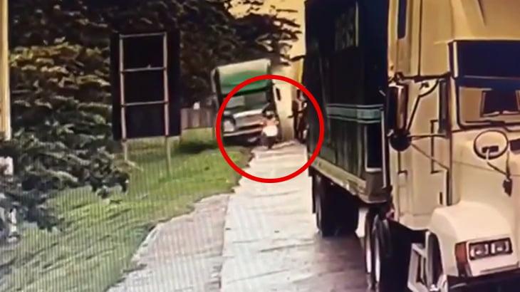 コントロールを失ったトラックに後ろから跳ね飛ばされてしまうバイカーの映像。