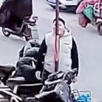 めっちゃ寒い日に鉄のポールを舐めようとした男の舌がひっついてしまった映像。