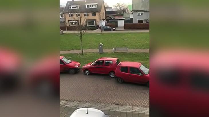 同じ車種の3台の車が車体をぶつけ合う謎の映像。