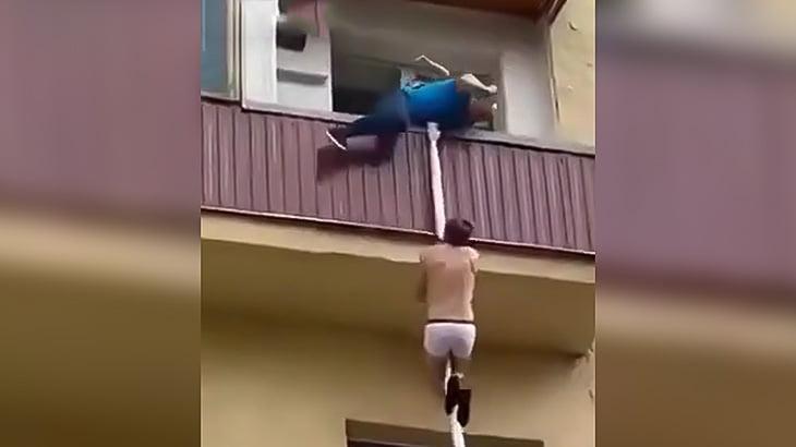 不倫セックス中に旦那が帰ってきたのでベランダからロープで逃げようとする間男の映像。