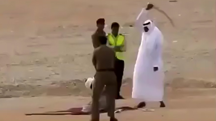 【閲覧注意】大きな刀で男性の首を一刀両断する処刑映像。