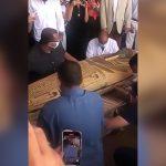 エジプトで発掘された2600年前の棺を開ける映像。