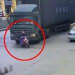 【閲覧注意】左折するトラックに巻き込まれて頭をゆっくり潰されてしまうバイカーの映像。