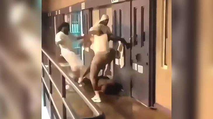 刑務所内の喧嘩をやたらオウ!オウ!言いながら撮影する囚人たちの映像。