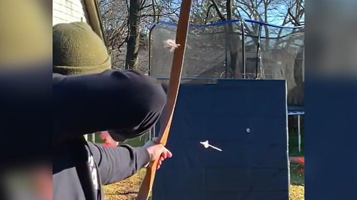 放り投げた指輪に弓矢を通すことができる男の映像。